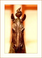 Skulptur eines Pferdekopfes