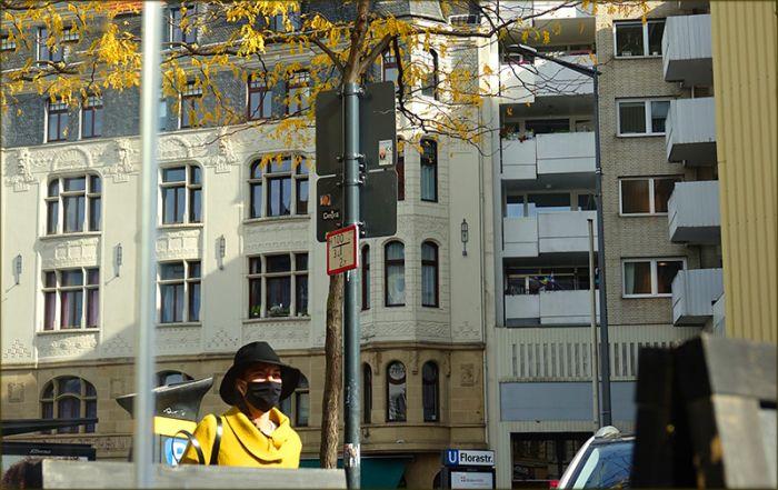 Frau mit schwarzer Maske