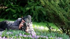 Ein Fotograf fotografiert Krokusse