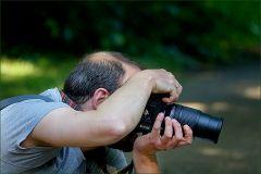 Der Fotograf der das Erdnusskörbchen in die Wiese legte