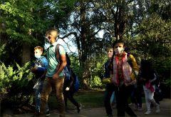 Schulkinder mit Maske