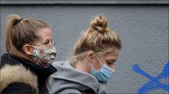 Junge Frauen mit Maske