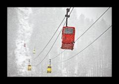 Felfrie: Gondeln bei Schneegestöber