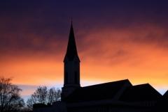 Weg: Kirche bei Morgenröte